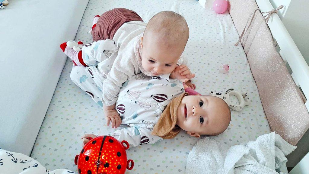 Zwillinge beim gemeinsamen Spielen