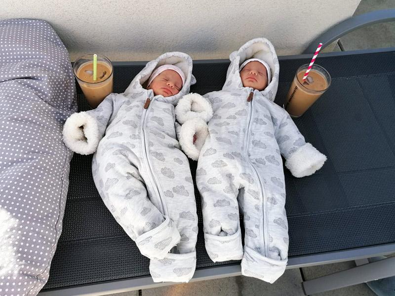 Zwei entspannt schlafende Babys