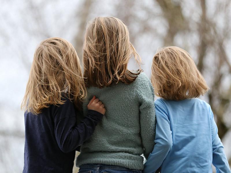 Mutter mit Ihren zwei Kindern von hinten.