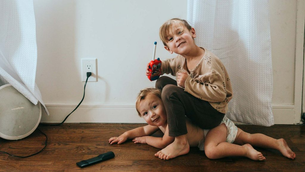 Geschwister beim gemeinsamen Spielen