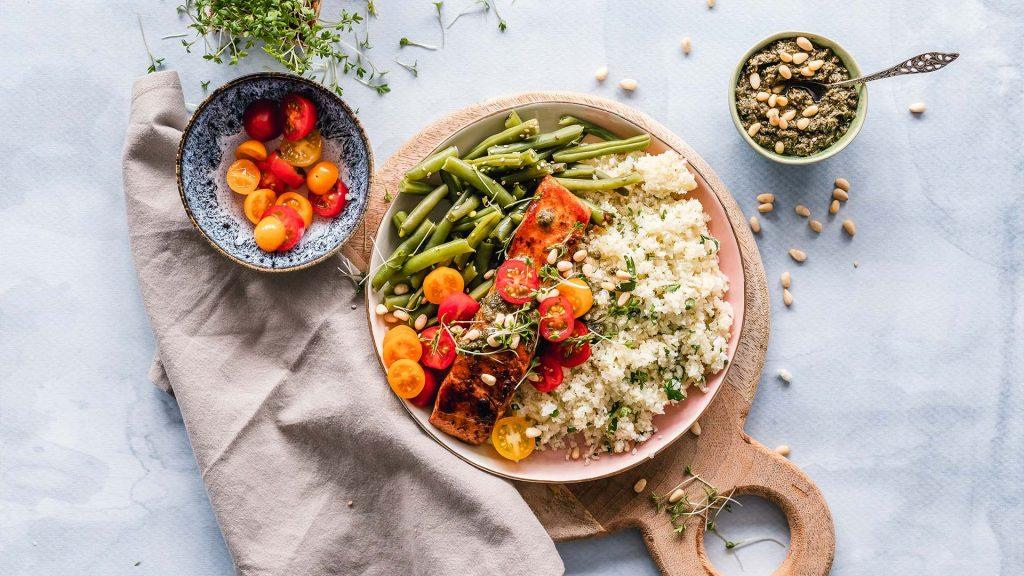 Vollwertiges Mittagessen während der Schwangerschaft mit vielen Ballaststoffen, gesunden Fetten und Kohlenhydraten