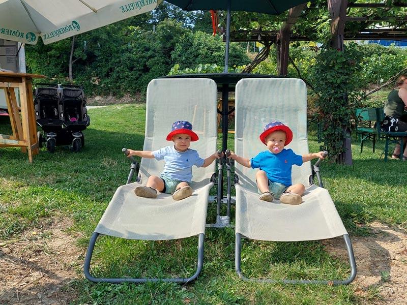 Zwillinge beim Spielen im Garten